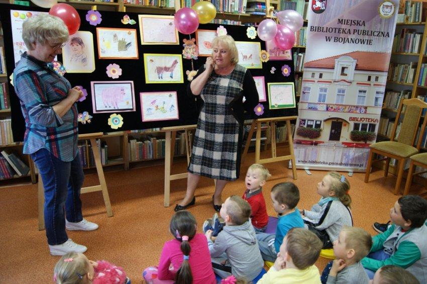 Przedszkolaki zKawcza oglądały wystawę swojej koleżanki Julki Woroch